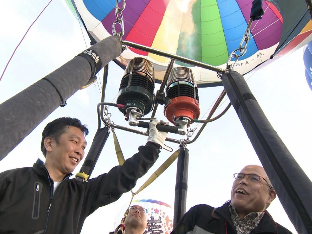 熱気球フライトで離陸する「旅する人」の田中要次さん(右)