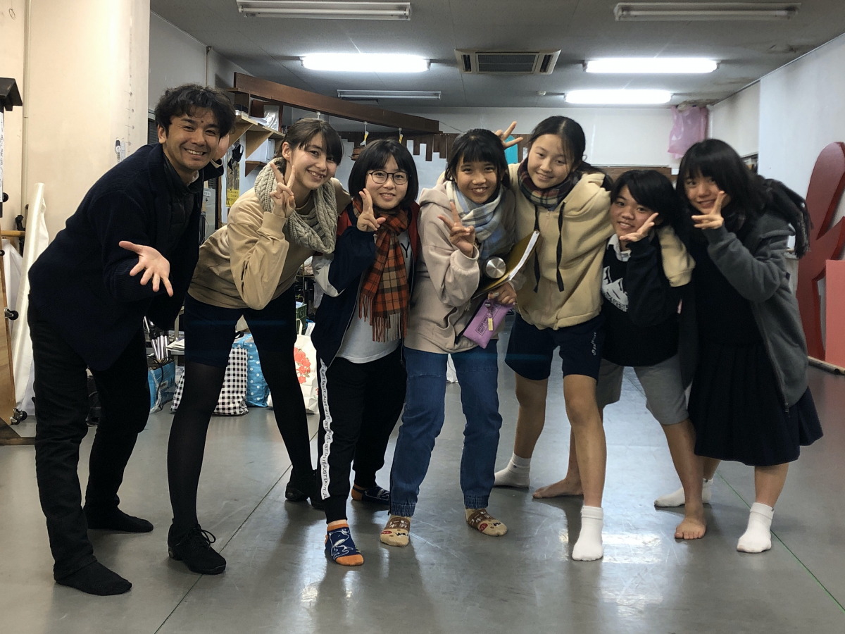 弓削田健介さん(左)と「しあわせになあれ」の主な出演者