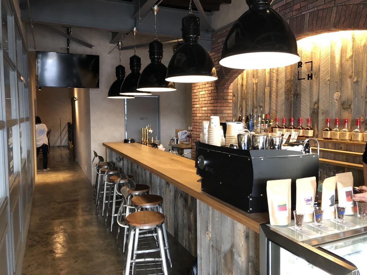 「ROUGH CAFE DINING BAR」のカウンター席