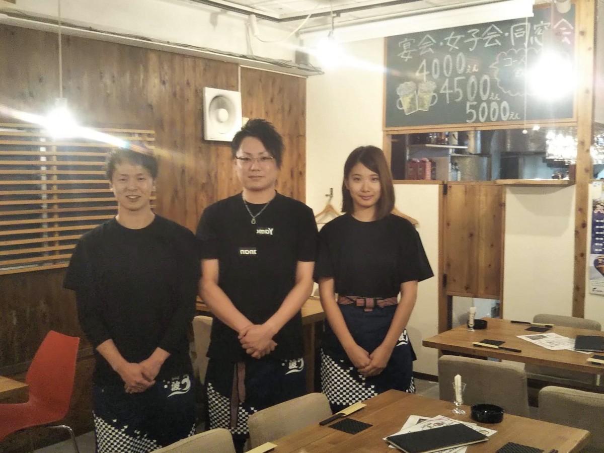 居酒屋「やまなん」店主の亀山義浩さん(左)とスタッフ