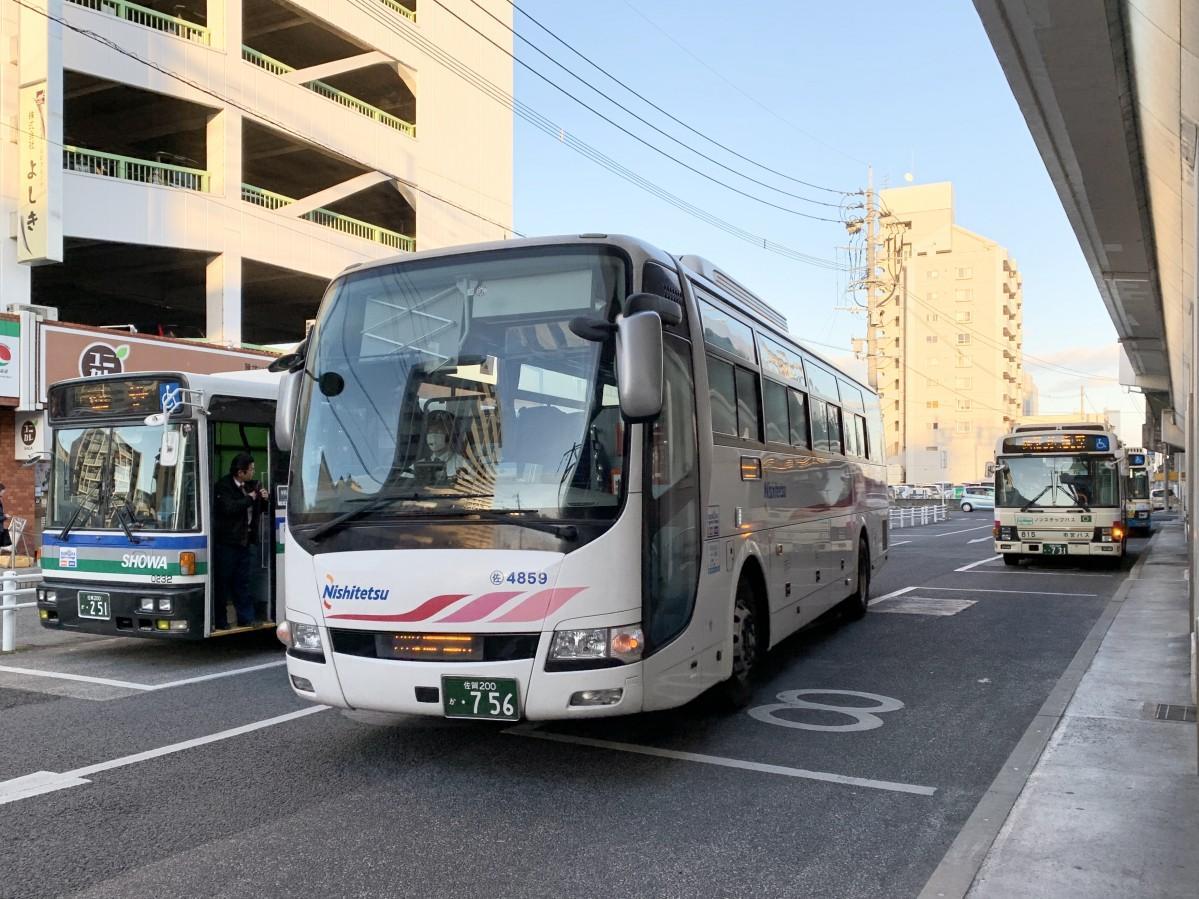 佐賀駅バスセンターに到着する西鉄高速バス(中央)