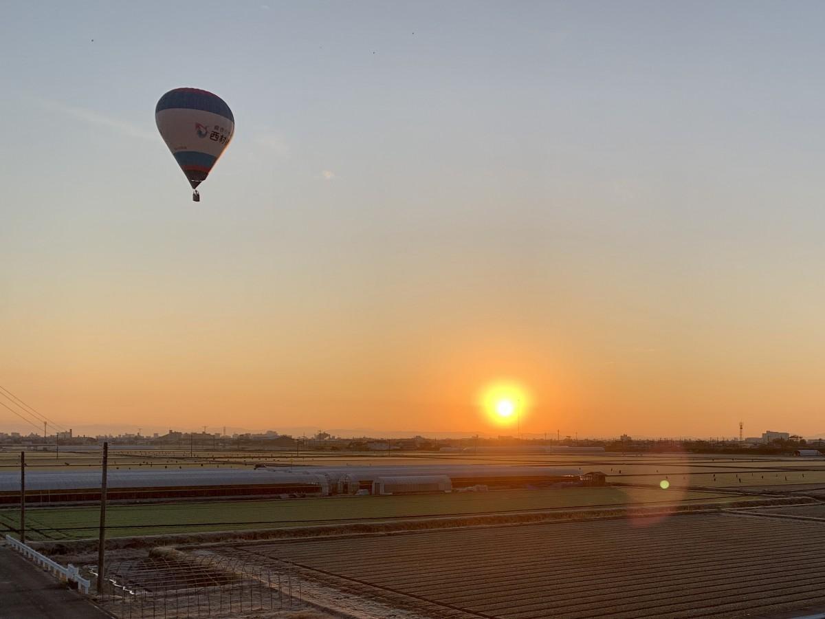 佐賀市嘉瀬川河川敷から見えた令和最初の初日の出と今年初フライトする熱気球(1月1日7時36分撮影)