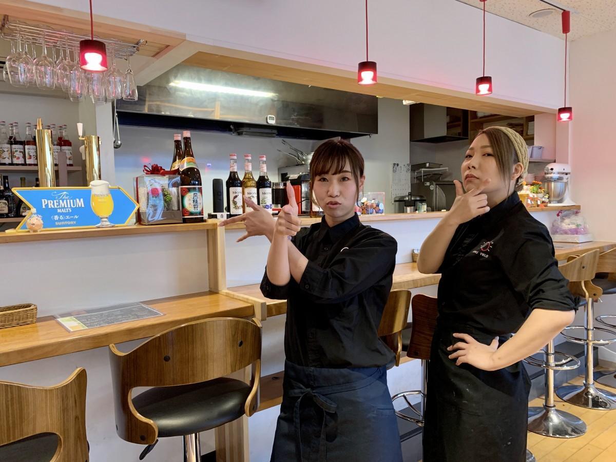 (右から)「APPLE FIELD」の石田香織さんと金武明日香さん