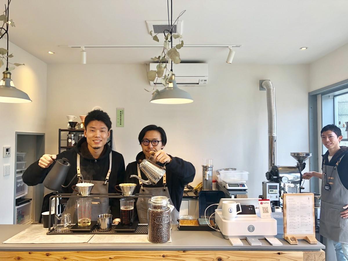 (左から)「OK COFFEE Saga Roastery」店主の福山徹さん、スタッフ岡田啓詩さん、梶史明さん