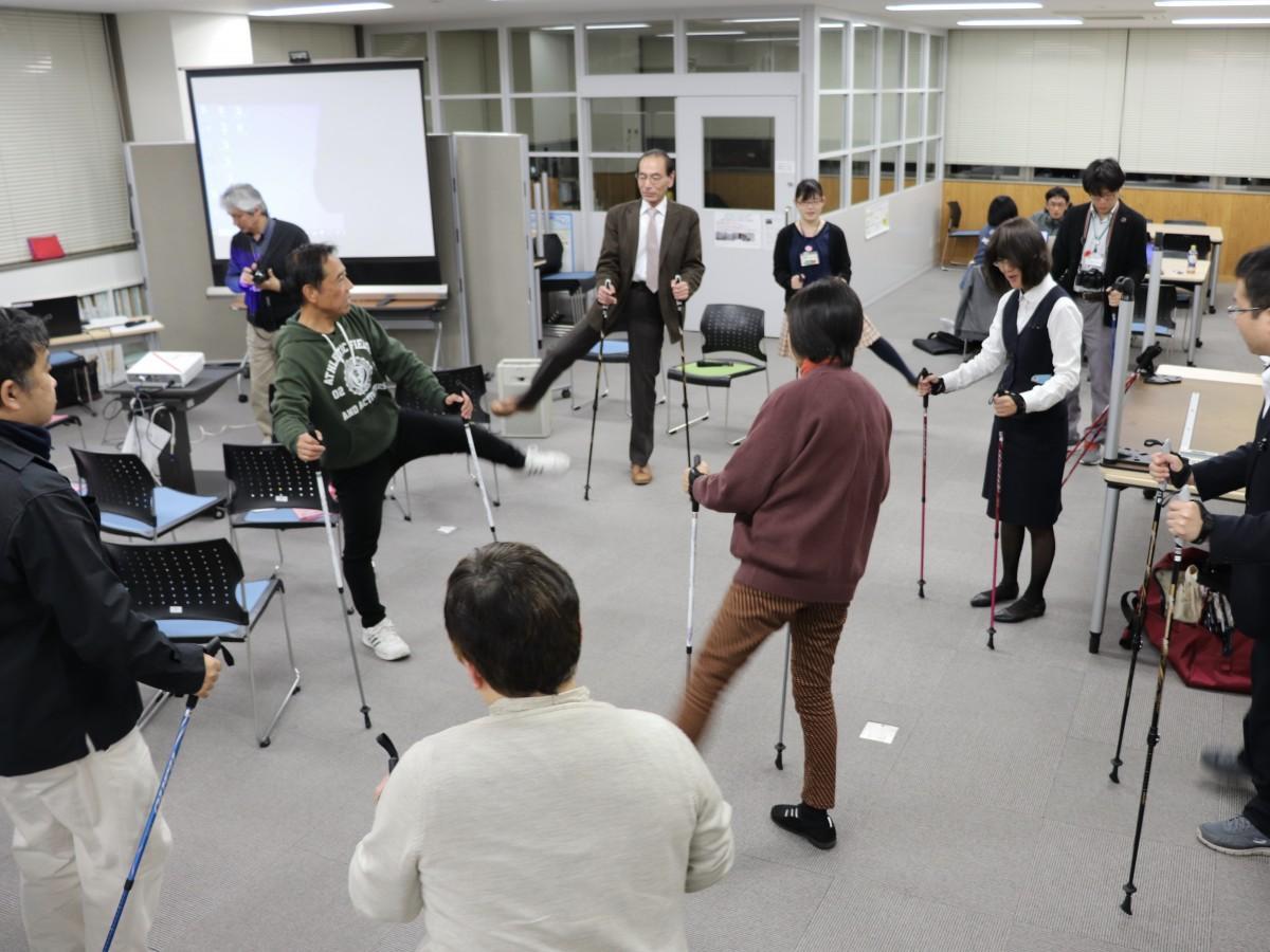 昨年12月、佐賀市市民活動プラザで開催したノルディックウオーキング練習会の様子