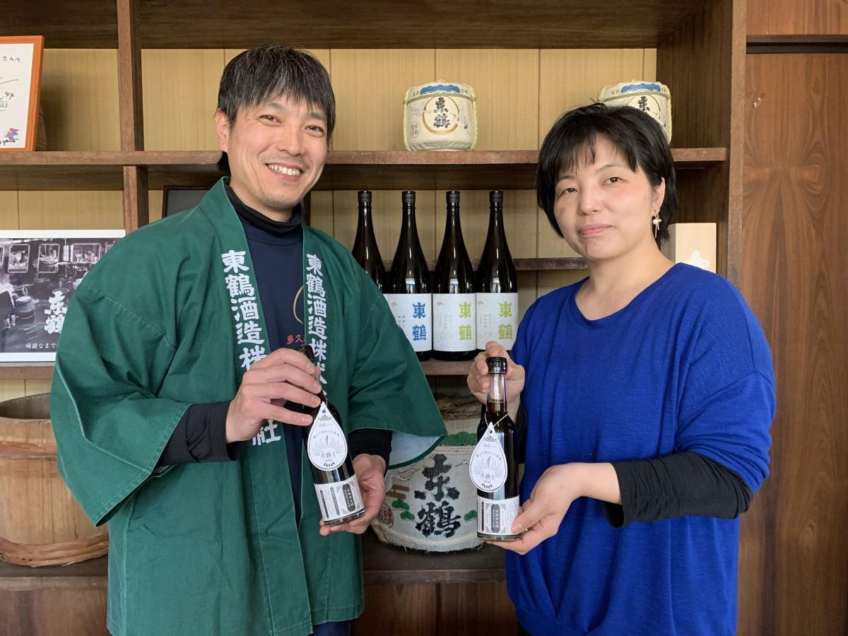 (右から)「赤鶴久」をPRする「ホンザン」の本山智子社長、「東鶴酒造」の野中保斉社長