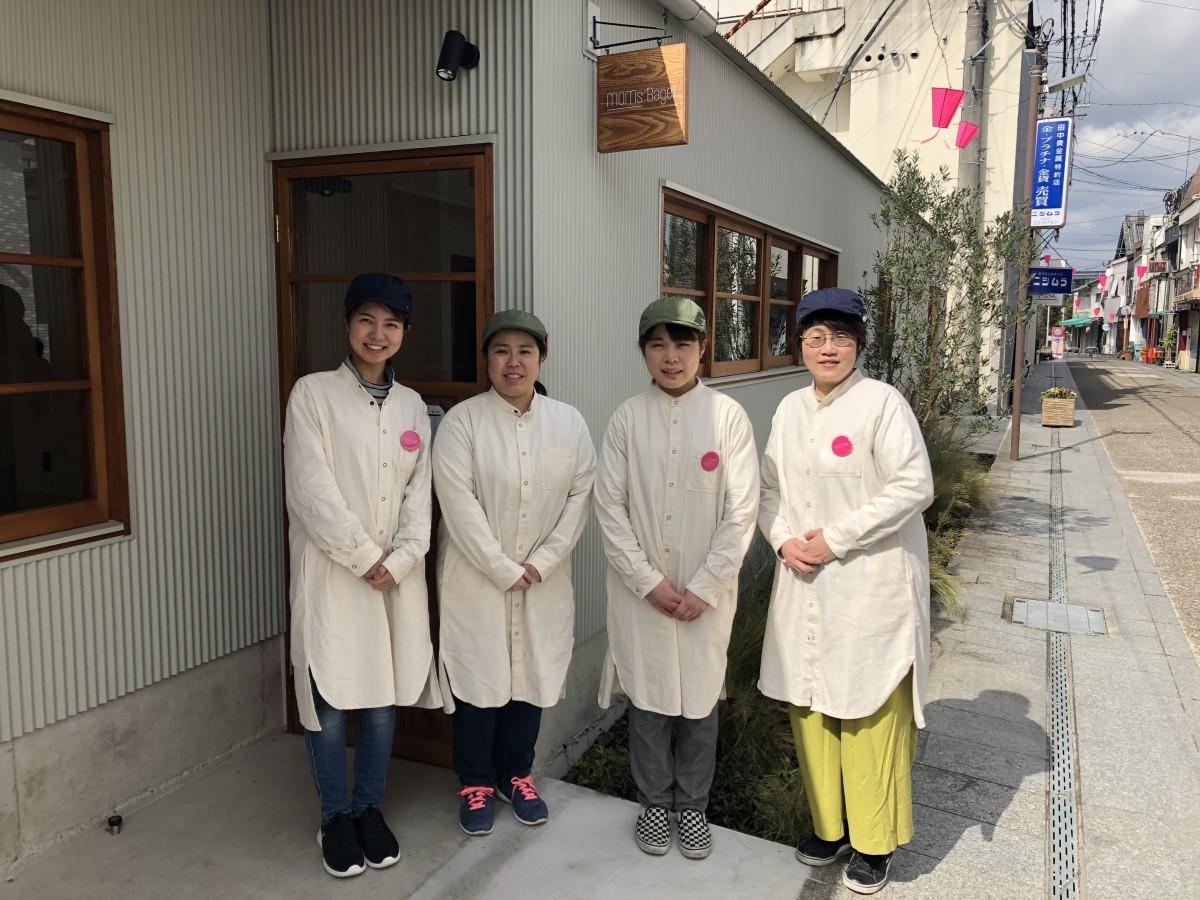 「MOMs' Bagel」店長の岩野桃子さん(左)とスタッフ