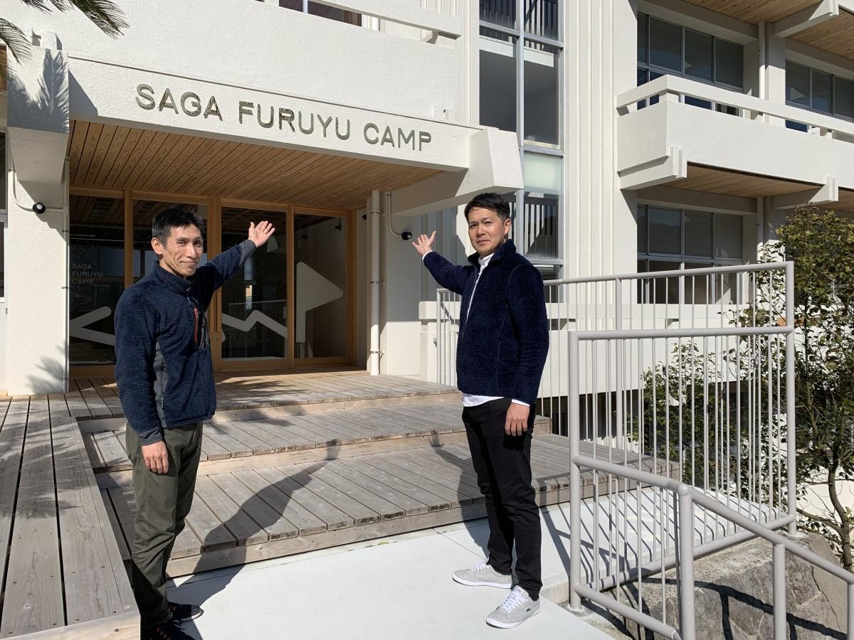 (左から)「SAGA FURUYU CAMP」運営会社「佐賀古湯キャンプ」地域マネジャー・山田泰嗣さん、フロントマネジャー・奈良純希さん