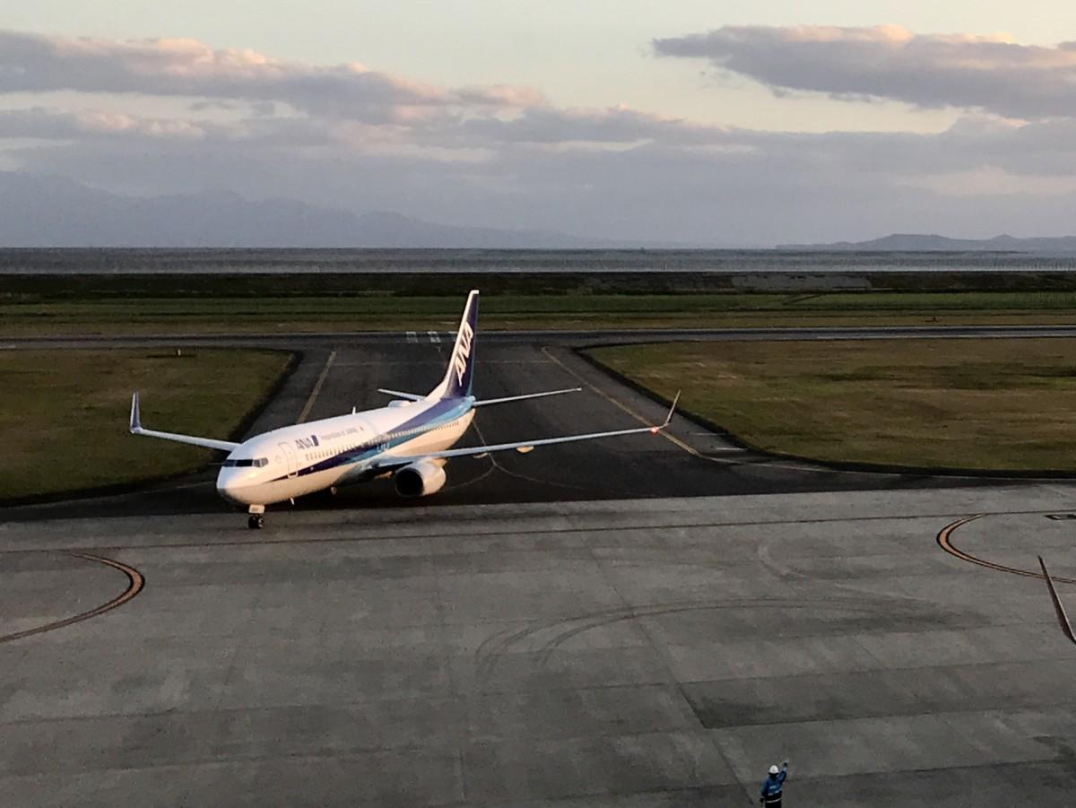 佐賀空港に到着するANA機