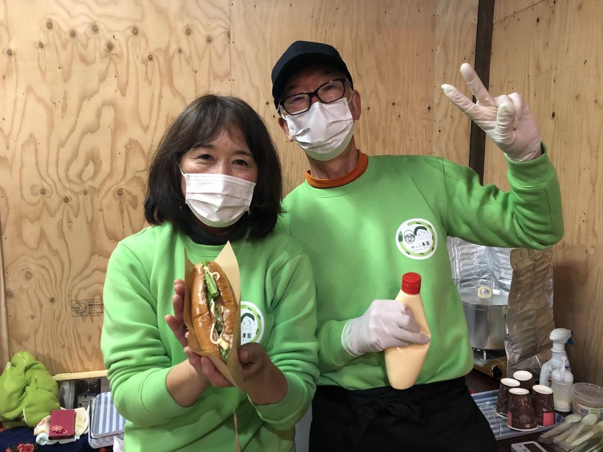 「アスパラドッグ」をPRする「ゆっこ農園」の御厨博昭さん(右)・幸子さん(左)夫妻