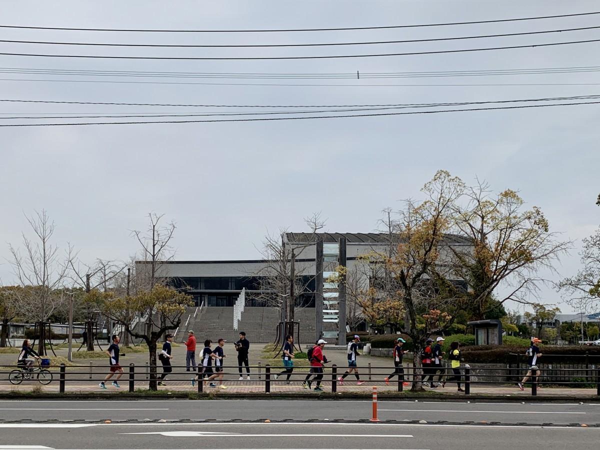 「さが桜マラソン2020」本来のスタート時刻にSAGAサンライズパーク前をスタートするランナー