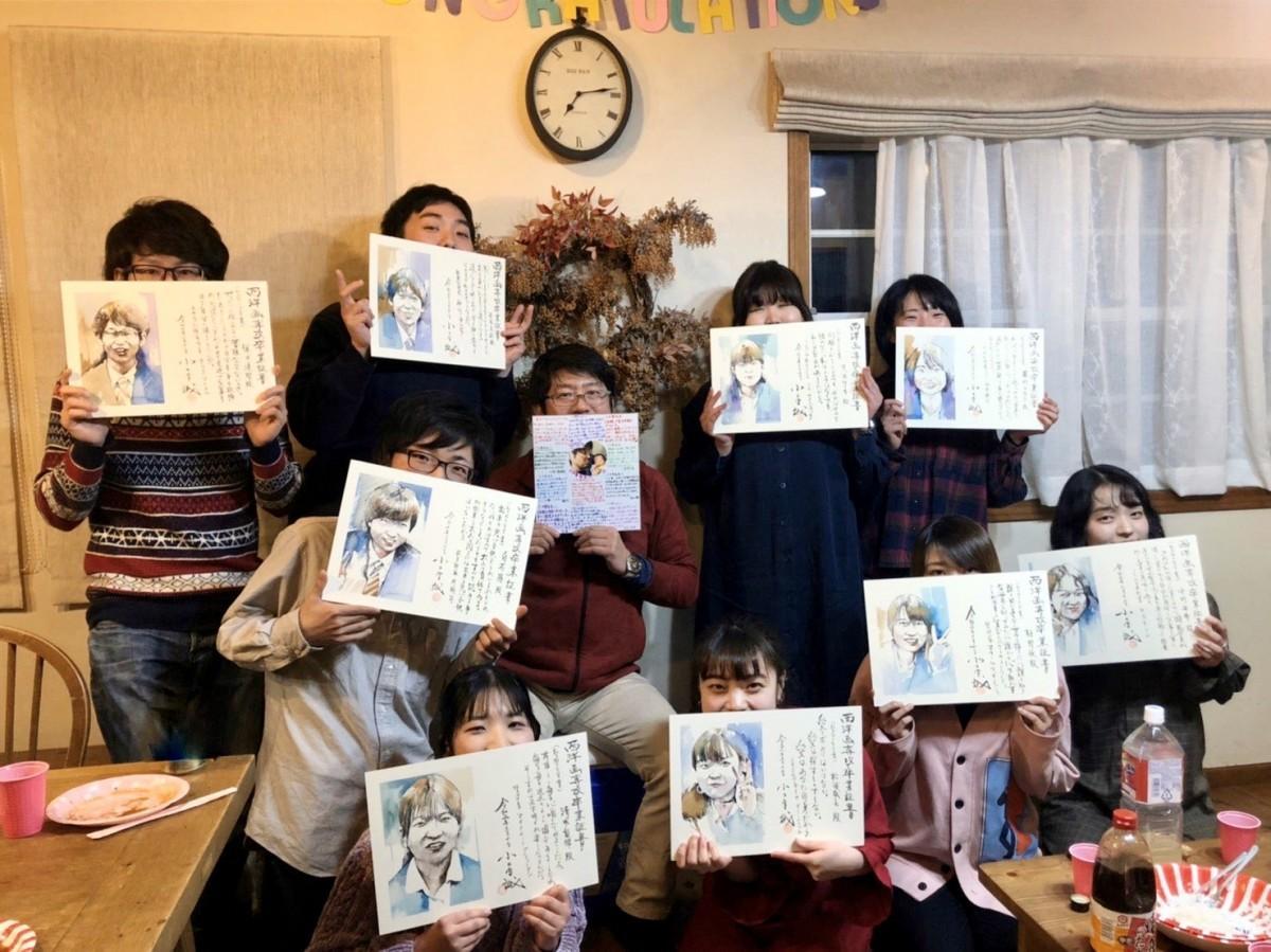 佐賀大学芸術地域デザイン学部准教授の小木曽誠さんが制作した卒業証書を手にするゼミ卒業生