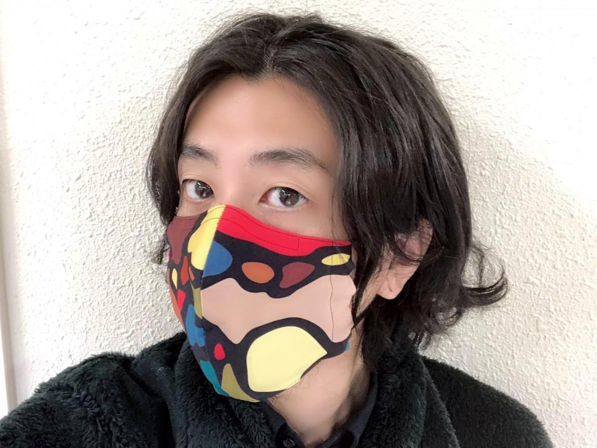 布マスクを装着する冨永ボンドさん