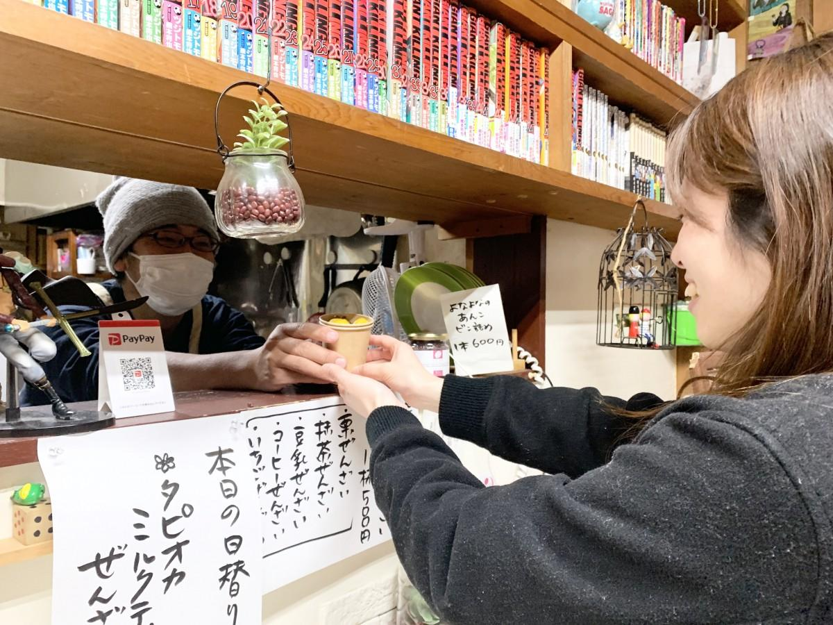カウンター奥から「あったかぜんざい」を提供する「よなよなあん工房」店主の岡垣貴憲さん(左奥)