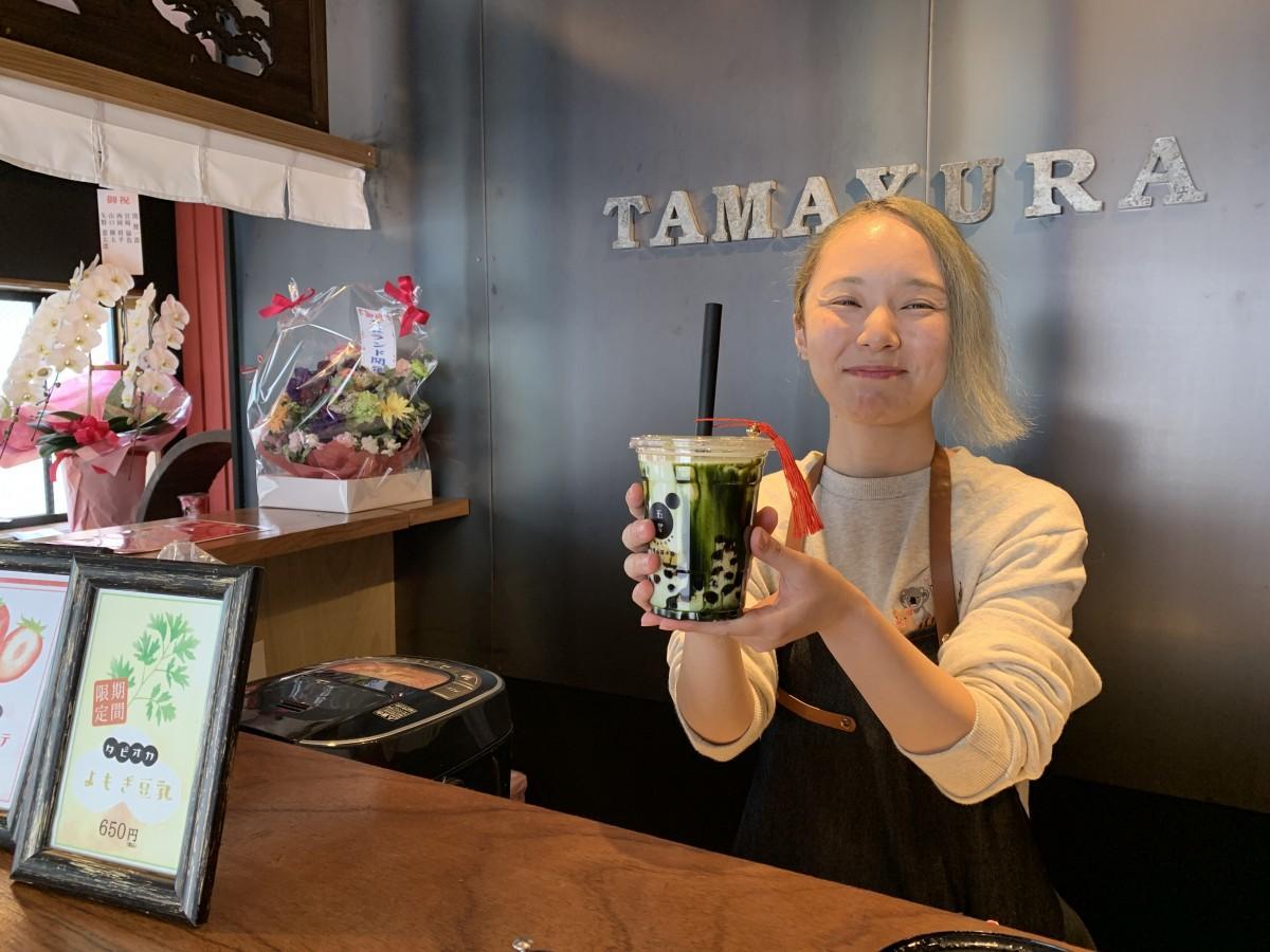 「タピオカ抹茶ラテ」をPRする「平尾山荘小路 玉響佐賀駅西店」スタッフ