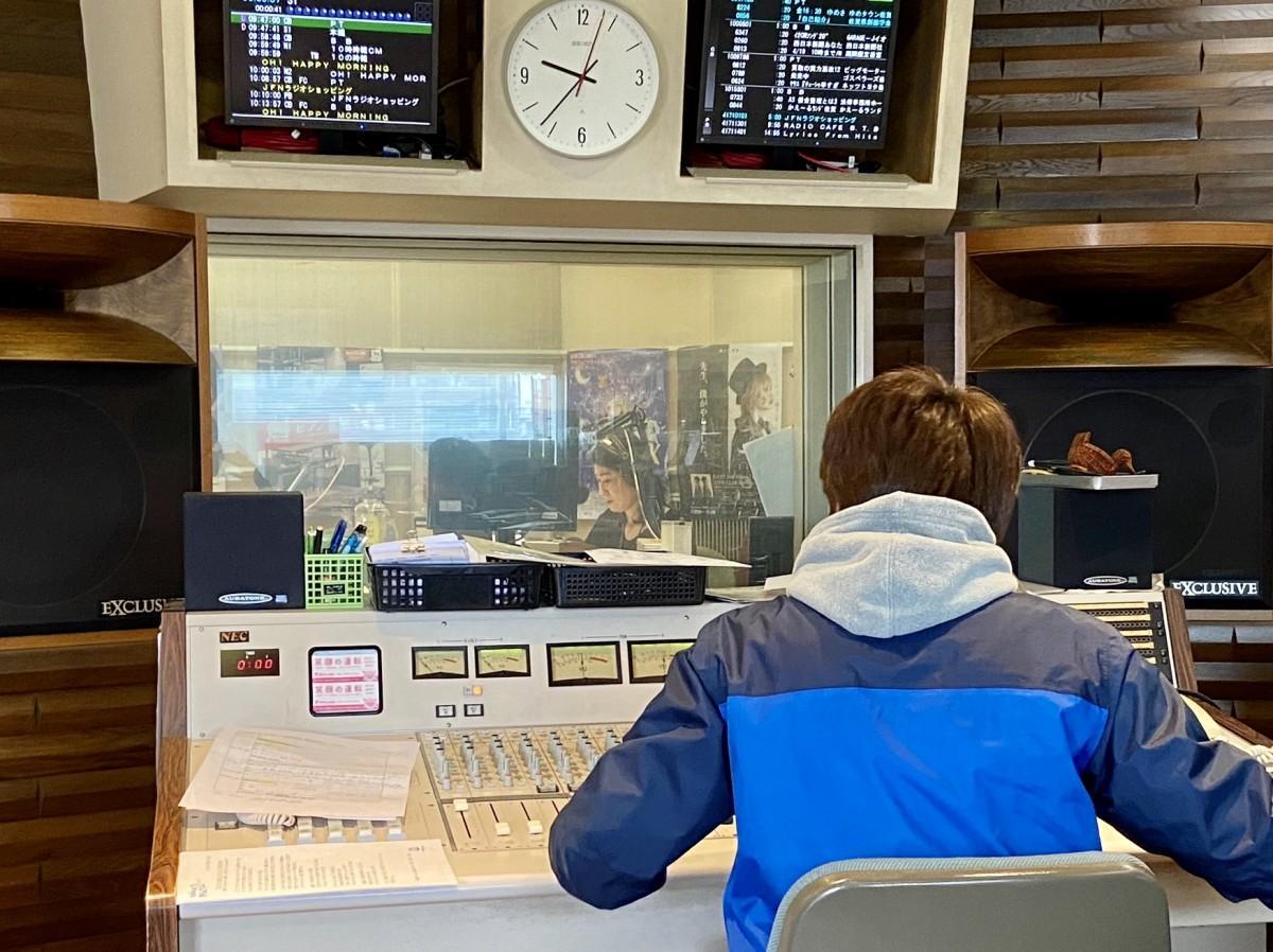 エフエム佐賀ラジオスタジオでの生放送の様子