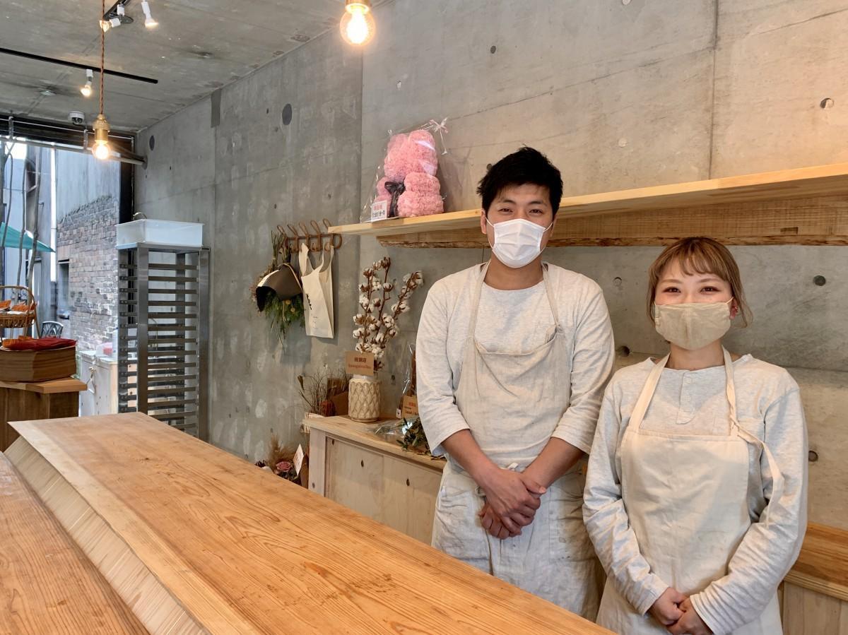 「NANAROKU pain」店主の堀川成正(左)さんと妻の彩奈(右)さん