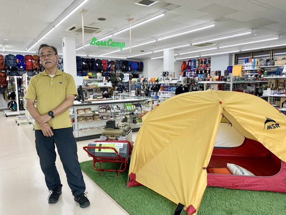 アウトドアショップ「ベースキャンプ」新店舗内の田中信明社長
