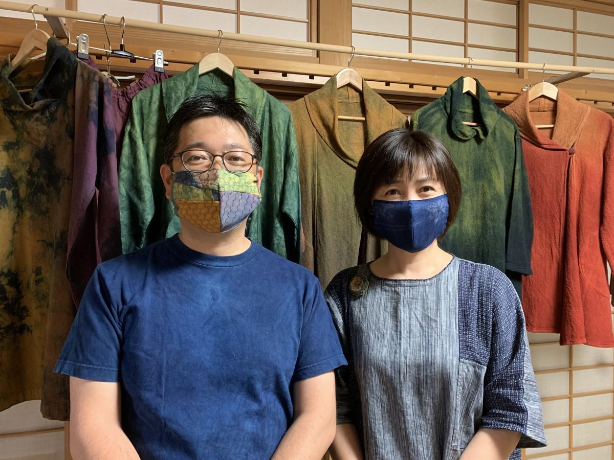 (左から)「草木染工房よもぎ」の馬場崎誠さん、妻の真紀さん