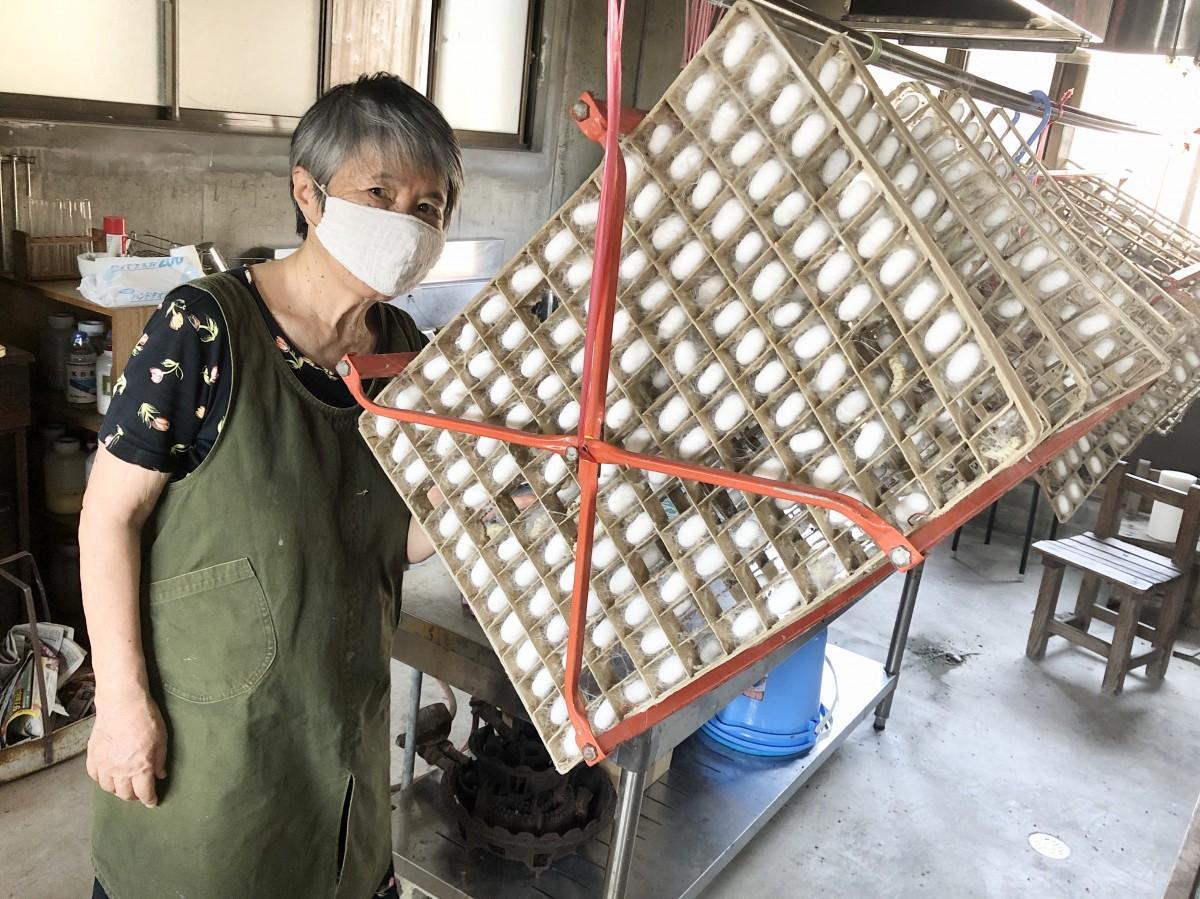 繭を作る道具・回転まぶしを紹介する「有明木綿」の村上ふみ子さん