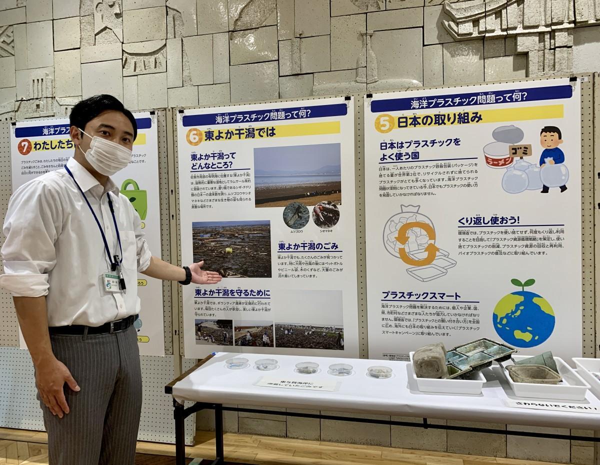 環境パネル展を紹介する佐賀市環境部環境政策課主事の瀬戸真一郎さん