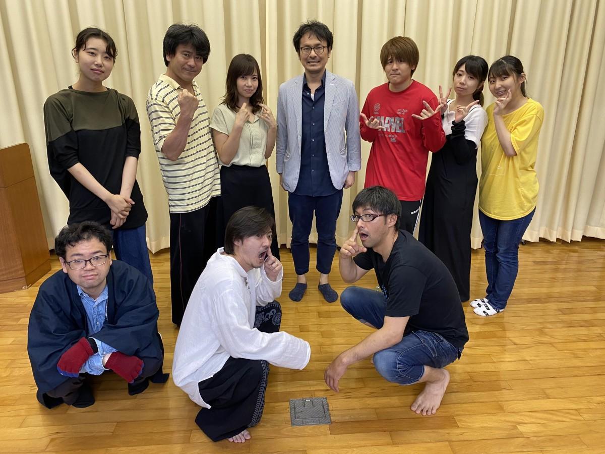 主演の嵯峨賢成さん(前列右端)はじめ「隻眼クロニクル ~螺旋~」出演メンバー