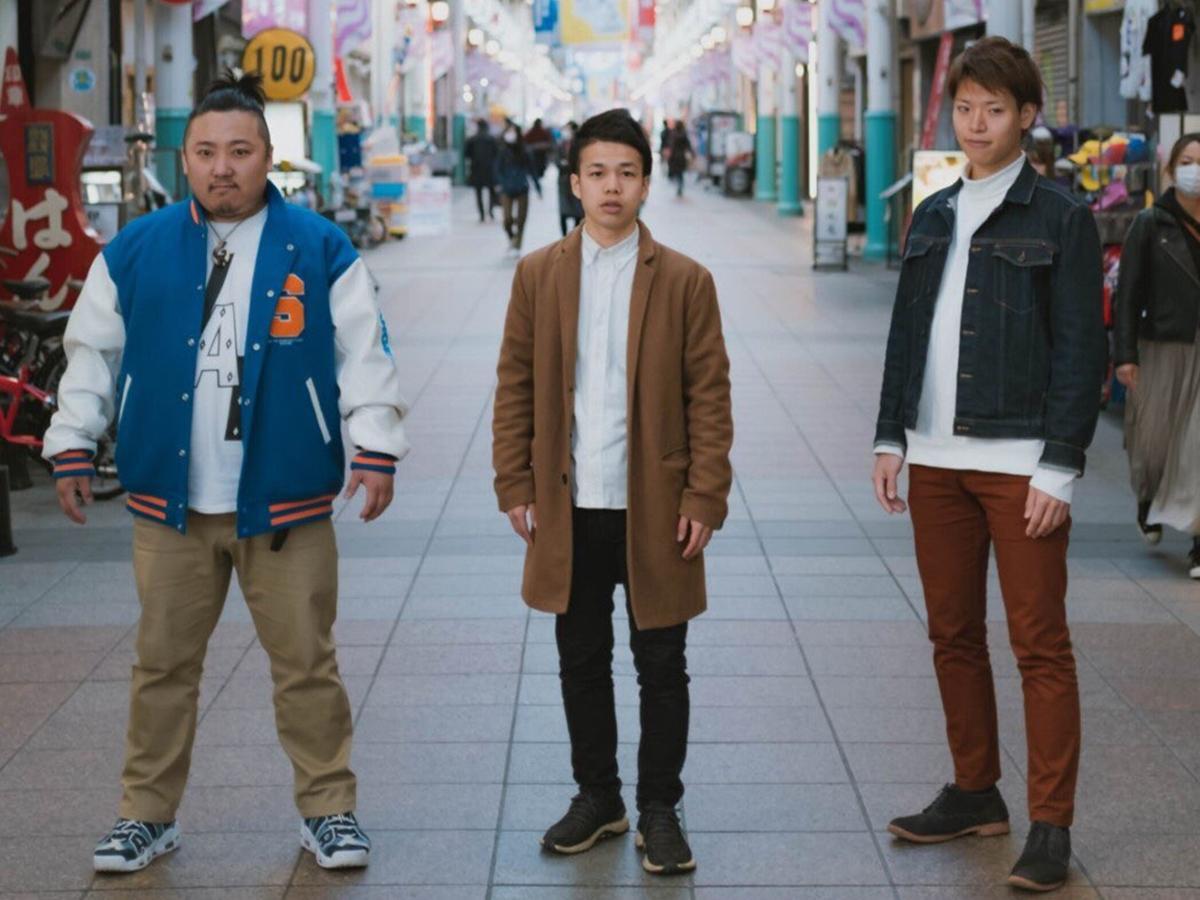 医学部生ボーカルユニット「笑方箋」の鯨津雄貴さん(中央)、西郡慶さん(左)、森重智さん(右)