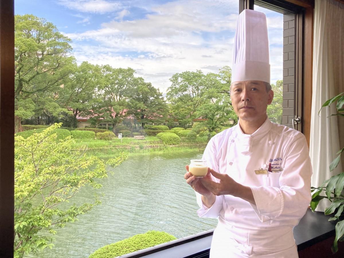 「お濠とろけるプリン~嬉野粉茶風味~」を手にする「ホテルニューオータニ佐賀」松木治幸統括料理長