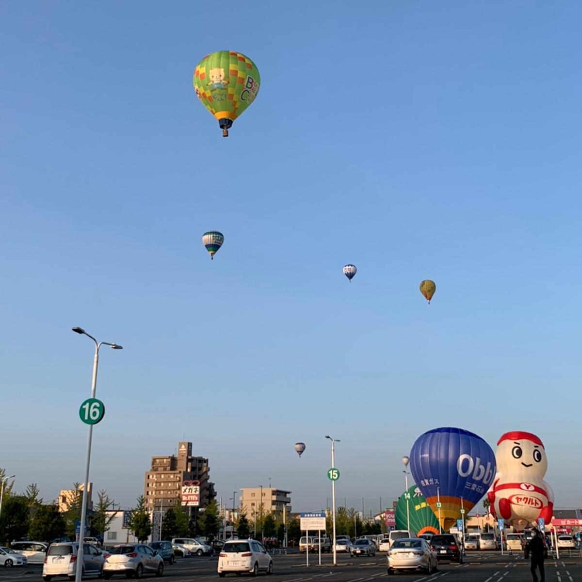 佐賀市内の商業施設駐車場から離陸する熱気球