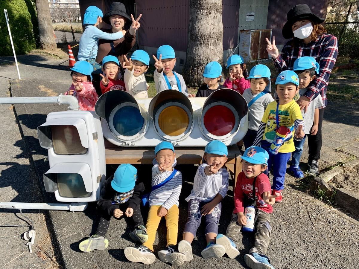 佐賀市交通公園に設置してきた売却予定の信号機と、近隣の「鍋島保育園」園児