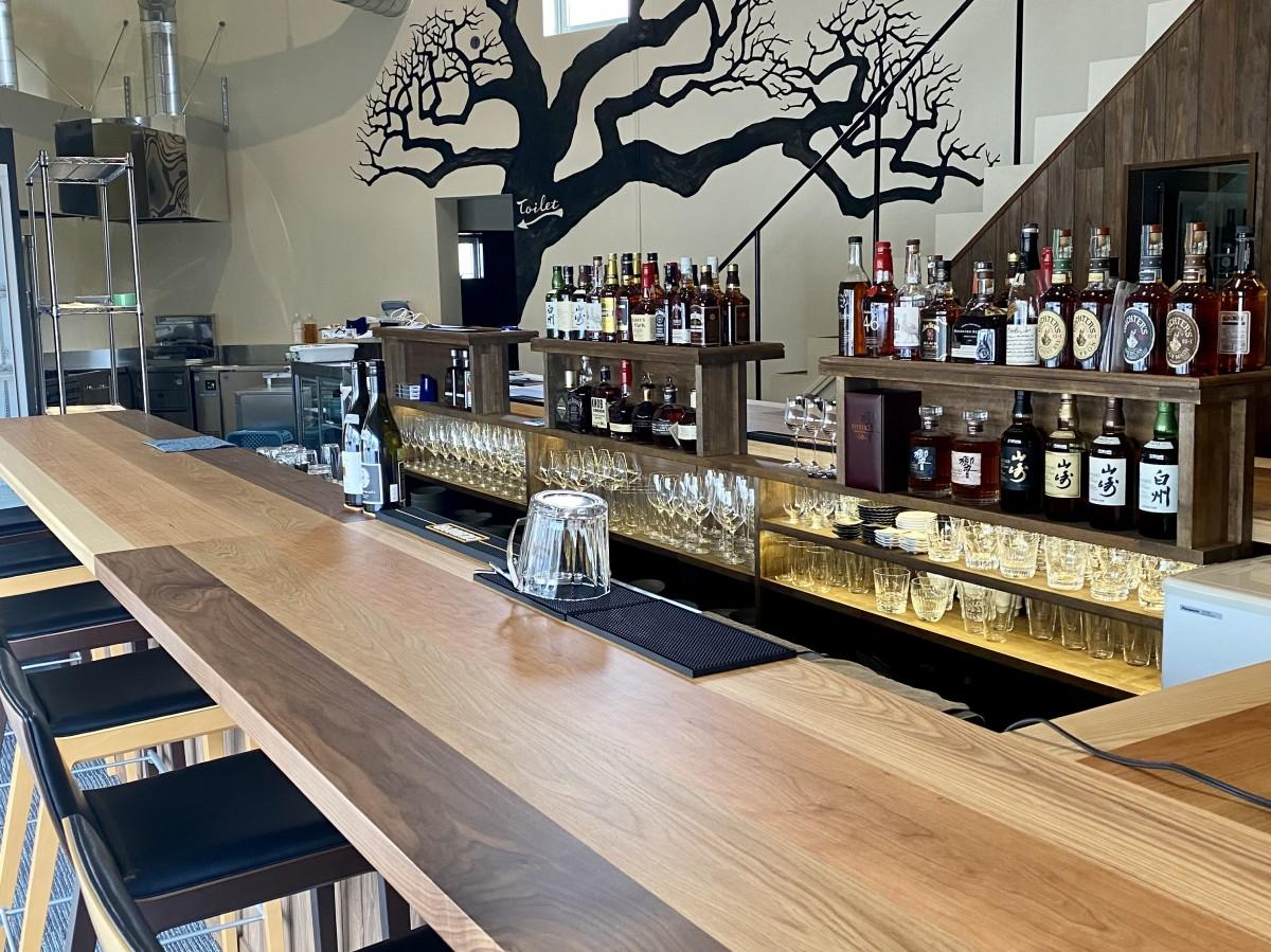 「Cafe et Bar Arbre」店内