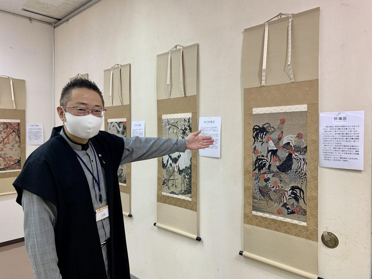 伊藤若冲の代表作「群鶏図」を「西陣美術織」に表現した作品を紹介する「西陣織美術工房」常務取締役の吉田秀高さん