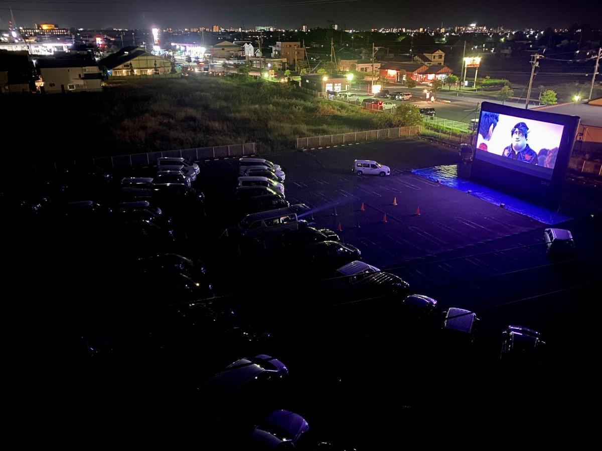 「イオンモール佐賀大和」シネマ棟裏駐車場で昨年11月に開催した「イオンシネマ『ドライブインシアター』」