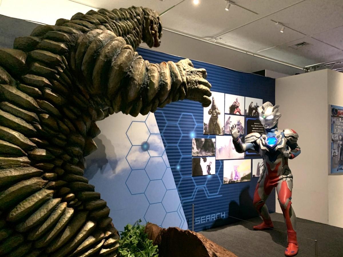 怪獣「レッドキング」との必殺技シーンを再現するフォトスポットで、レッドキングに立ち向かうシーンを再現したウルトラマンZ
