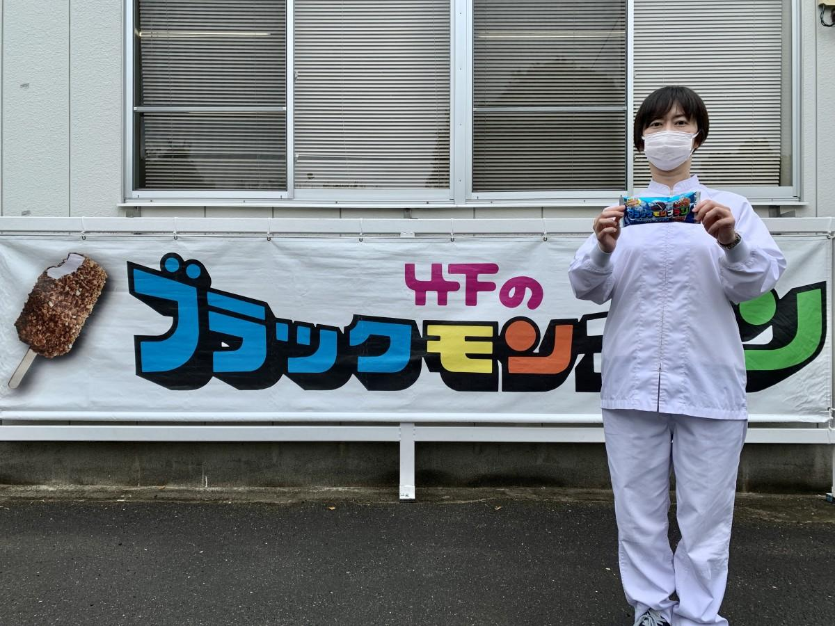 「ブラックモンブラン クッキー&クリーム」をPRする竹下製菓商品開発室の宇佐美麻衣子さん