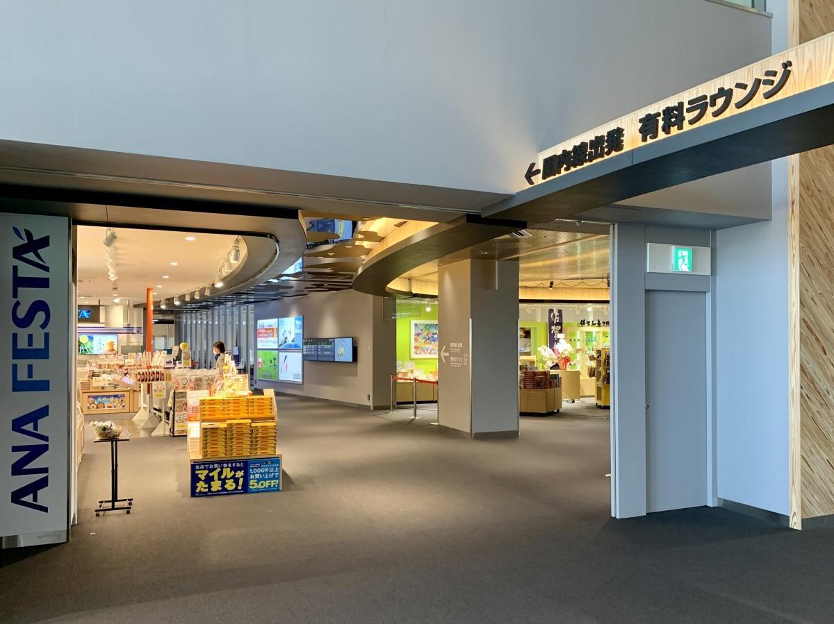 佐賀空港物販エリア「マーケットホール」の「ANA FESTA 佐賀ロビー店」(左)と「匠(たくみ)の店 佐賀工房 空港店」(右奥)