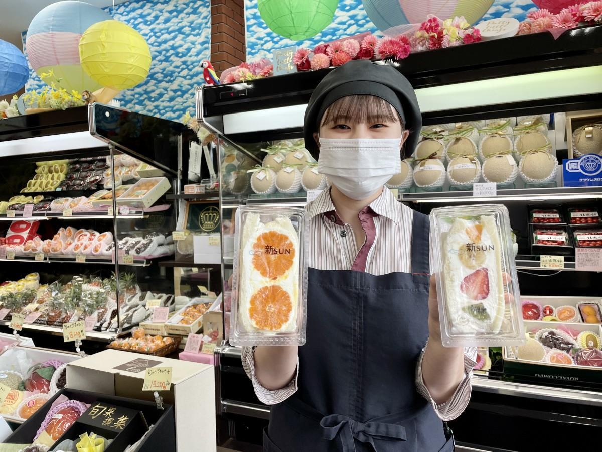 期間限定販売するフルーツサンドをPRする「FRUITS GARDEN 新SUN」佐賀本店スタッフ