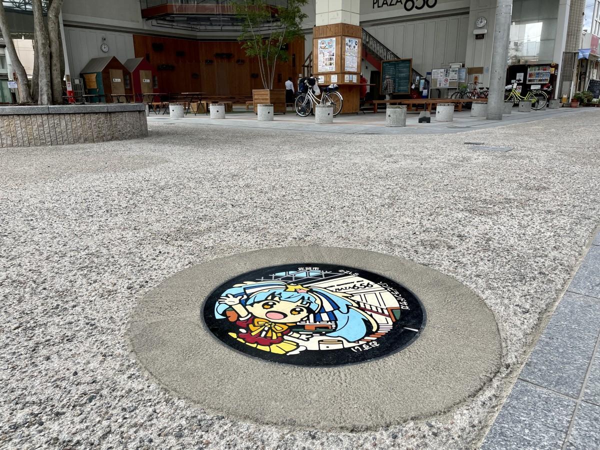 「656広場」(呉服元町)近くに設置された「星川リリィ」をデザインしたマンホール