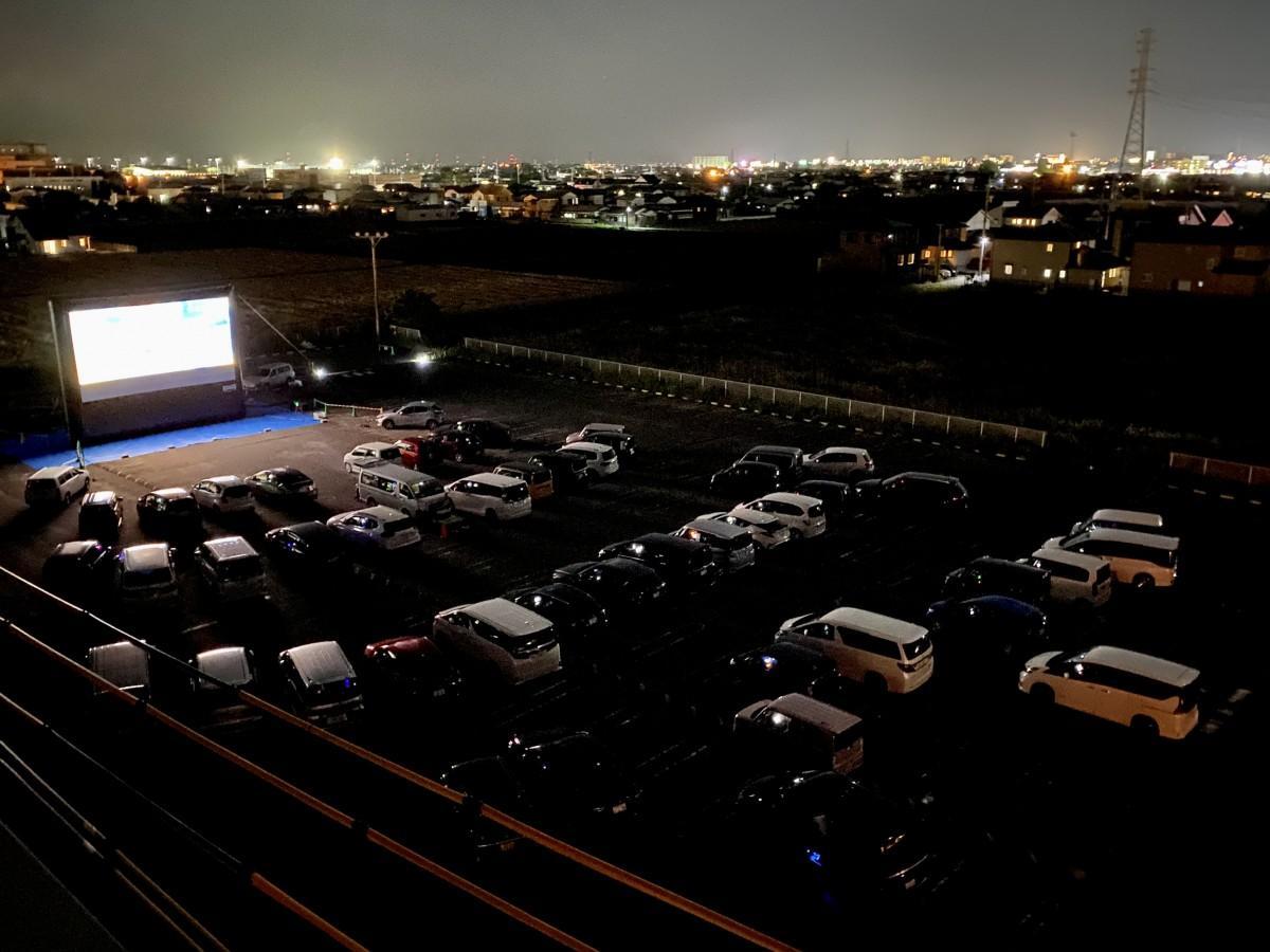 「イオンモール佐賀大和」シネマ棟裏駐車場で今年2月に開催した「イオンシネマ『ドライブインシアター』」