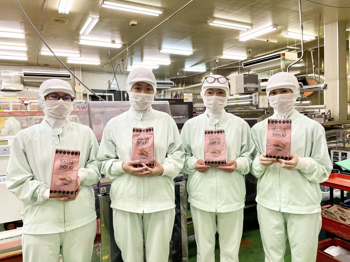 「SAGABOLO」をPRする「本村製菓」新商品開発プロジェクトメンバー
