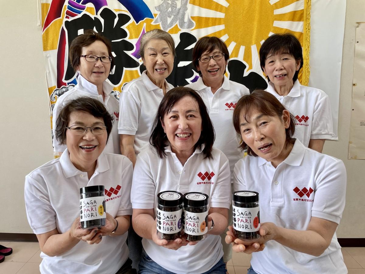 「SAGA PARI NORI」をアピールする「佐賀市漁村女性の会」メンバー