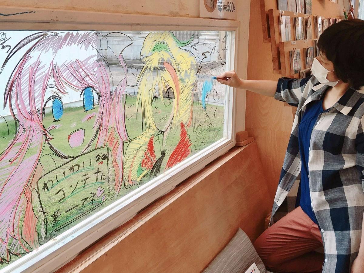 「わいわい!!コンテナ2」窓にイラストを描く「かよたん」さん