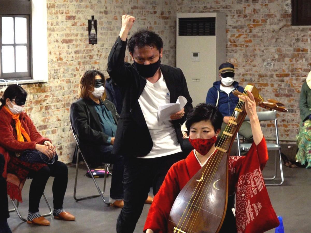 第1回公演で安倍公房の「時の崖」を上演した「演劇家」の青柳達也さん(奥)と薩摩琵琶奏者の北原香菜子さん(手前)
