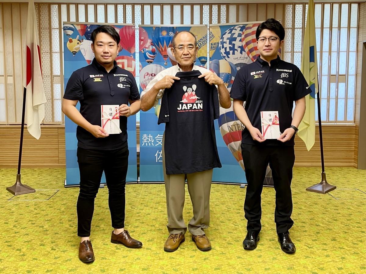 秀島敏行佐賀市長を表敬訪問し、意気込みを伝えた富澤三世さん(右)、山下太一朗さん(左)