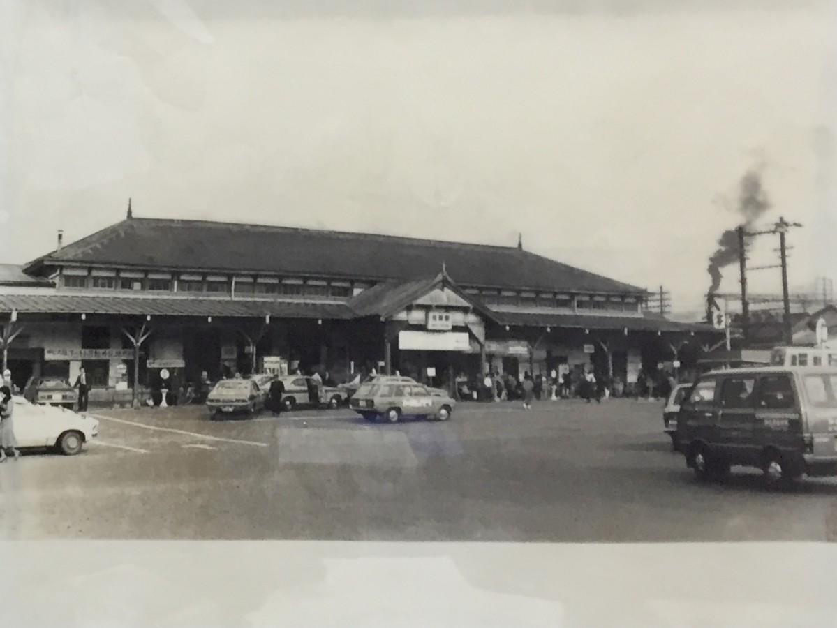 1976(昭和51)年まで使用していた旧佐賀駅駅舎(JR佐賀駅所蔵写真を撮影)