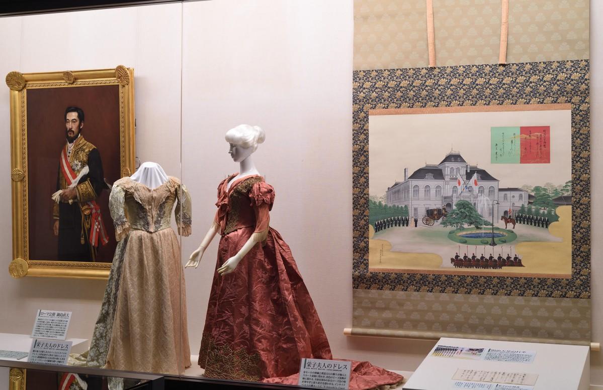 鍋島直大の肖像画やその妻・栄子のドレスなど、展示の一部 - 佐賀経済新聞
