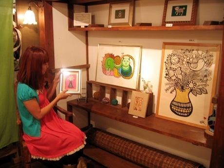 「ね個展」の様子。左=MIWAさん。
