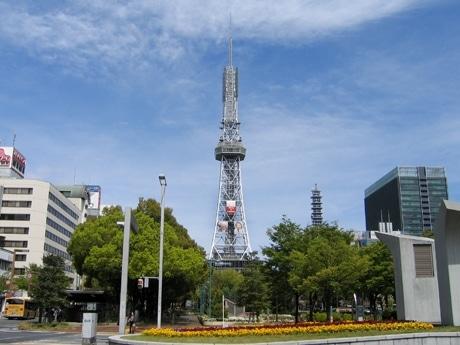 「MERRY IN NAKAKU」の大型ポスターを掲出している名古屋テレビ塔