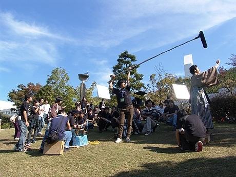 「ライフ・イン・モーション」撮影風景。制作スタッフである大学生が回りを囲む。