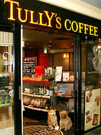 「タリーズコーヒー」栄セントラルパーク店に入り口。パグ犬と柴犬の木彫り作品が出迎る。